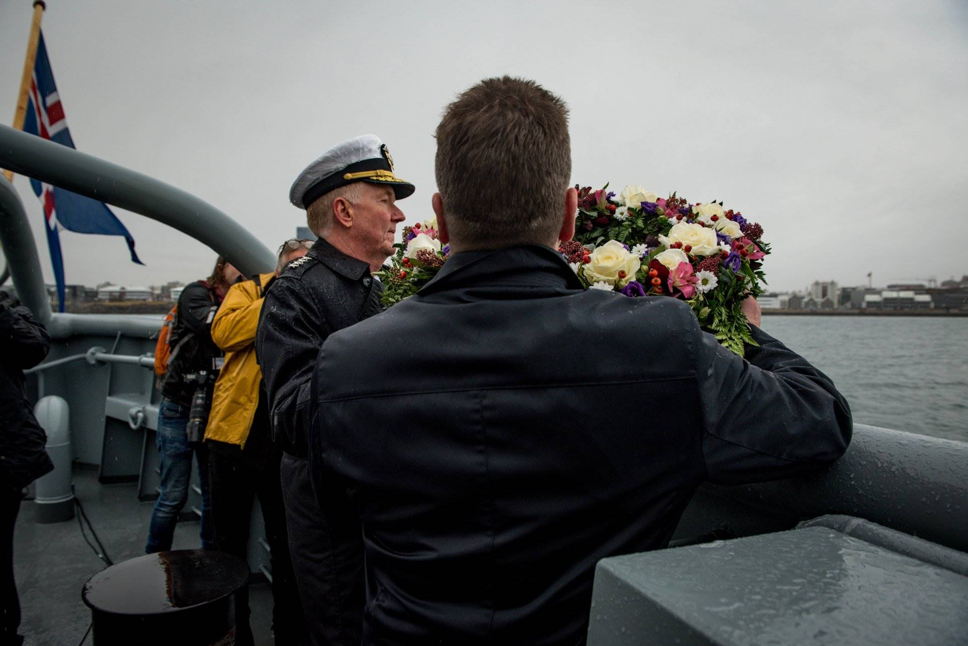 Admiral Foggo and Gudlaugur Thor Thordarson lay wreath into the sea - mynd
