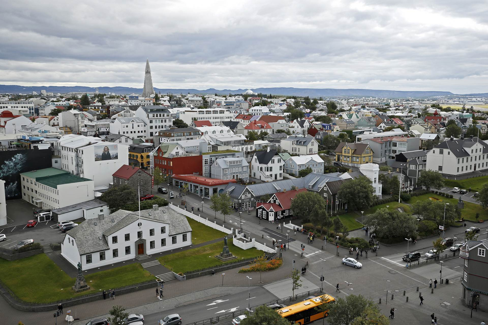Fitch Revises Iceland's Outlook to Negative; Affirms at A  - mynd