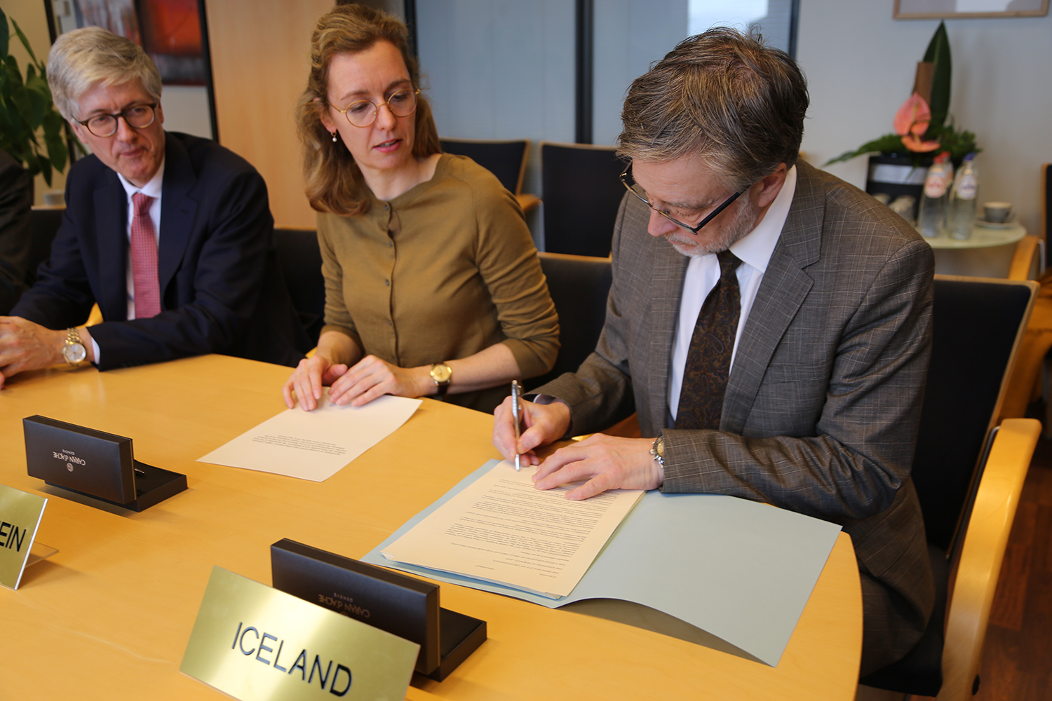 Ambassador Gunnar Pálsson puts his initials under the agreement at the EFTA Secretariat in Brussels yesterday. - mynd