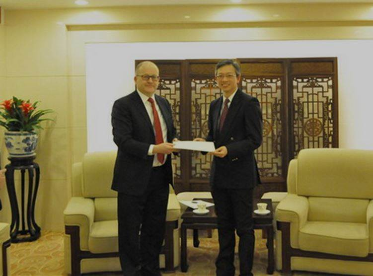Newly appointed Ambassador Gunnar Snorri presents a copy of credentials - mynd